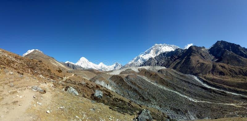 Viel Nepalese Bergspitze-Bereichs-natürlicher Szenenhintergrund blauer Himmel lizenzfreie stockfotografie