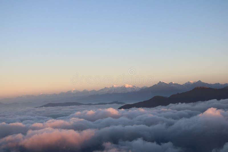 Viel Nepalese Bergspitze-Bereichs-natürliches Szenen-Niveau mit Wolkenhintergrund Berg lizenzfreie stockbilder