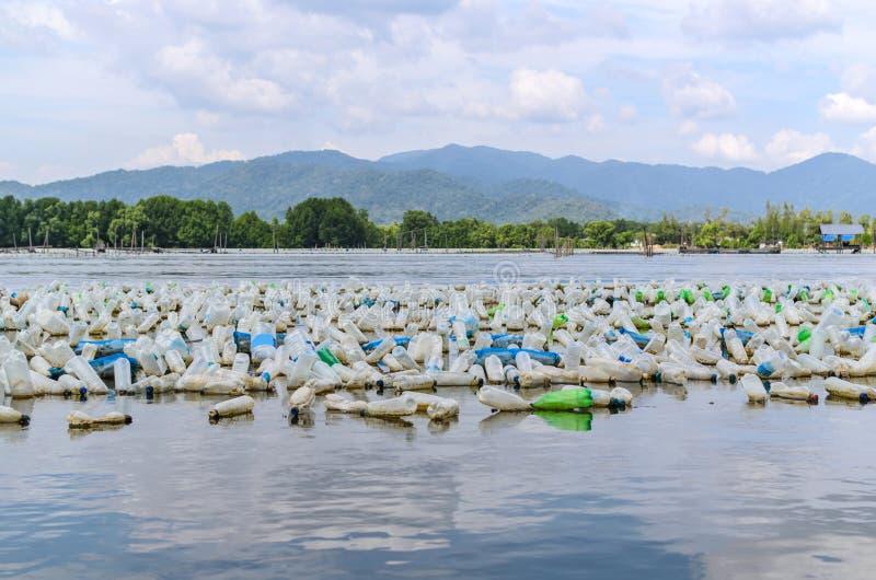 Viel Plastikflasche im Meer stockfotografie