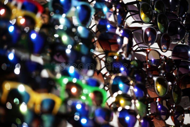 Viel Sonnenbrille, Hintergrund im Freien stockbild