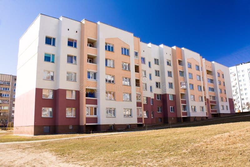 Viel-storeyed Wohnungshaus stockfoto