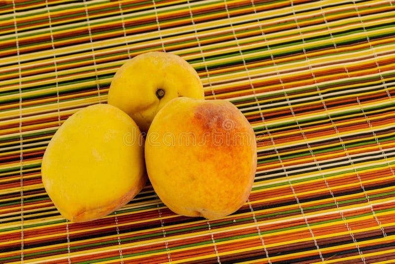 Viel Tortenmarmeladennachtischhintergrundbasisentwurfsentwurfs-Ernte der Frucht mit drei Pfirsichen eingestellt Saisonprodukt der stockfoto