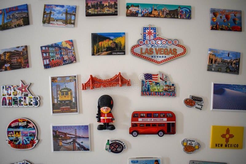 Viel unterschiedliche Reisemagnetandenken auf dem wei?en K?hlschrank - Bild lizenzfreie stockbilder