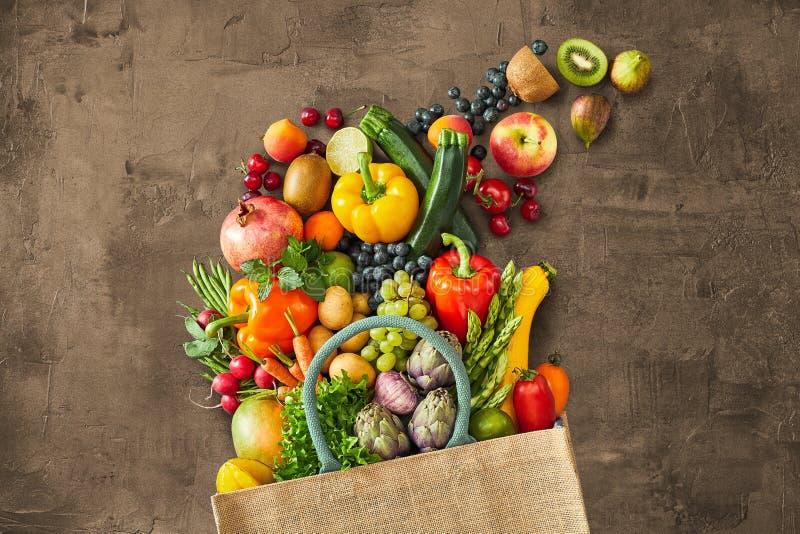 Viel unterschiedliches Gemüse, das aus Tasche heraus fällt lizenzfreies stockfoto