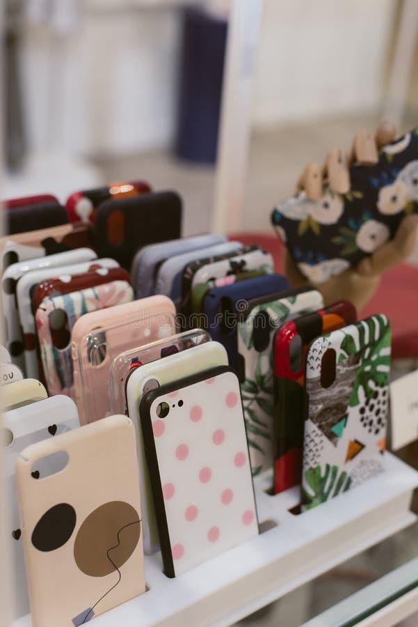 Viele Abdeckungen am Telefon stockfotografie