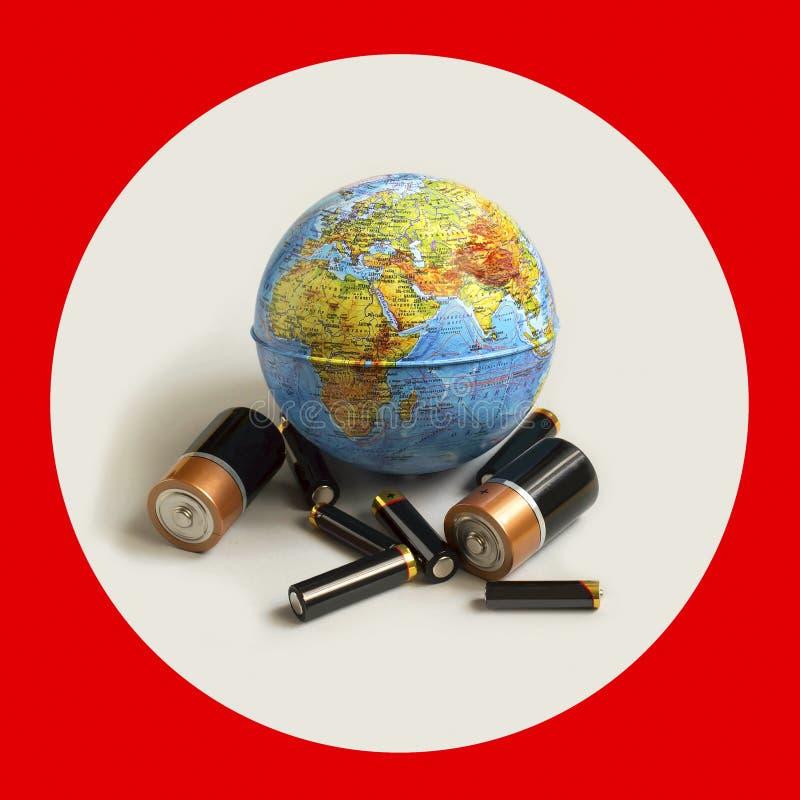 Viele alkalischen Batterien und Kugelball Ökologisches Konzept lizenzfreie stockbilder