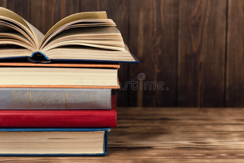 Viele alten Bücher auf hölzernem Hintergrund Die Informationsquelle Offenes Buch Innen Hauptbibliothek Wissen ist Leistung stockbilder