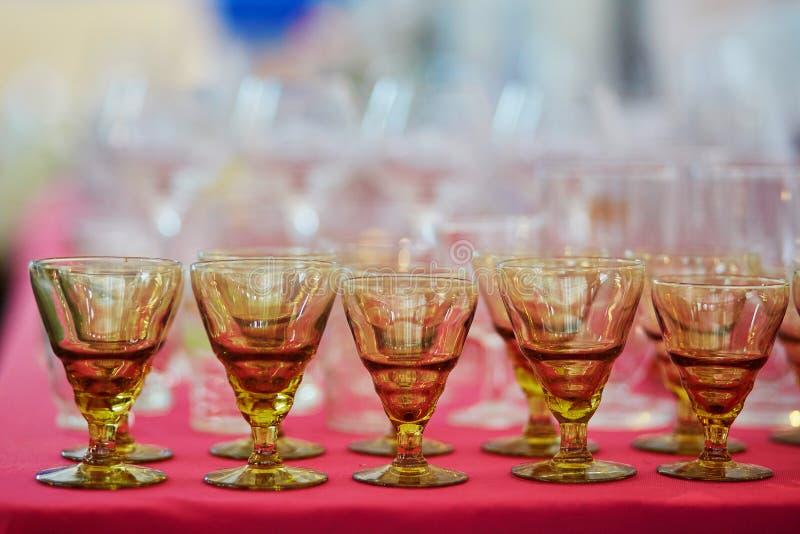 Viele alten Kristallweingläser auf Flohmarkt in Paris lizenzfreies stockfoto