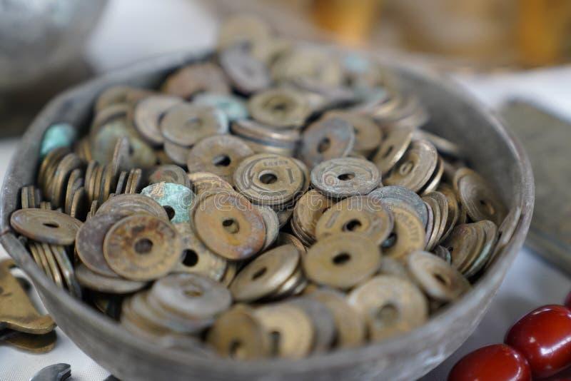 Viele alten Pennys nannten delikli kurus auf Türkisch in einer Schüssel stockbild