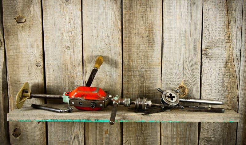 Viele alten Werkzeuge (Bohrgerät, Zangen und andere) auf a lizenzfreies stockfoto
