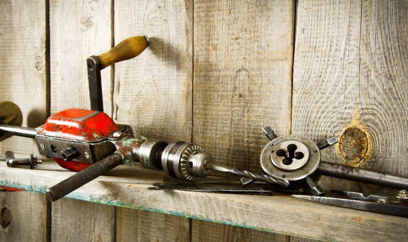 Viele alten Werkzeuge (Bohrgerät, Zangen und andere) auf a stockbild