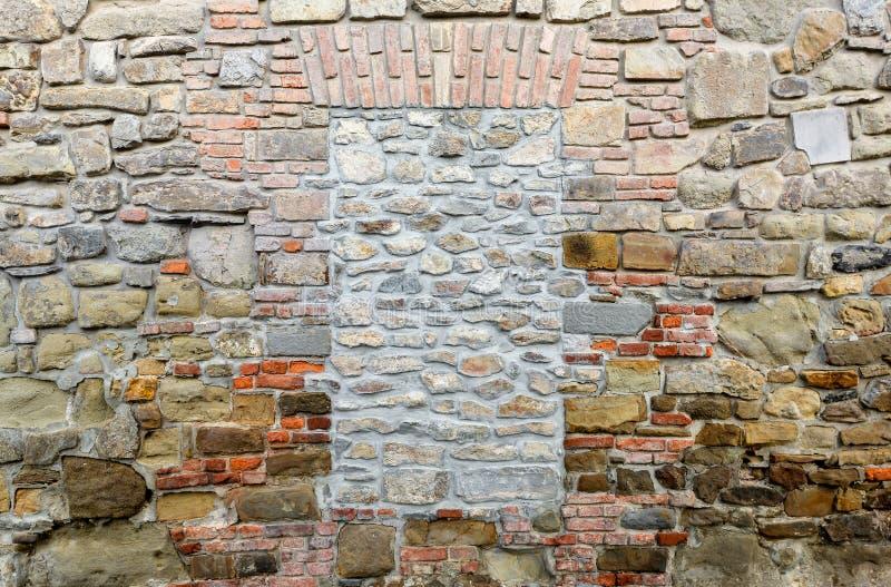 Viele alten Ziegelsteine Ummauern Sie mit blockiert durch Ziegelsteinfenster Kein Ausgang stockfoto