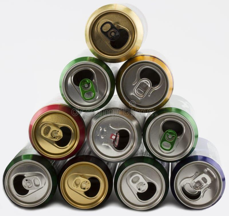 Viele Aluminiumdosen leer von den Getränken E Viel geöffnetes Soda, alkoholfreies Getränk, Limonade, Kolabaum, Bier lizenzfreies stockfoto