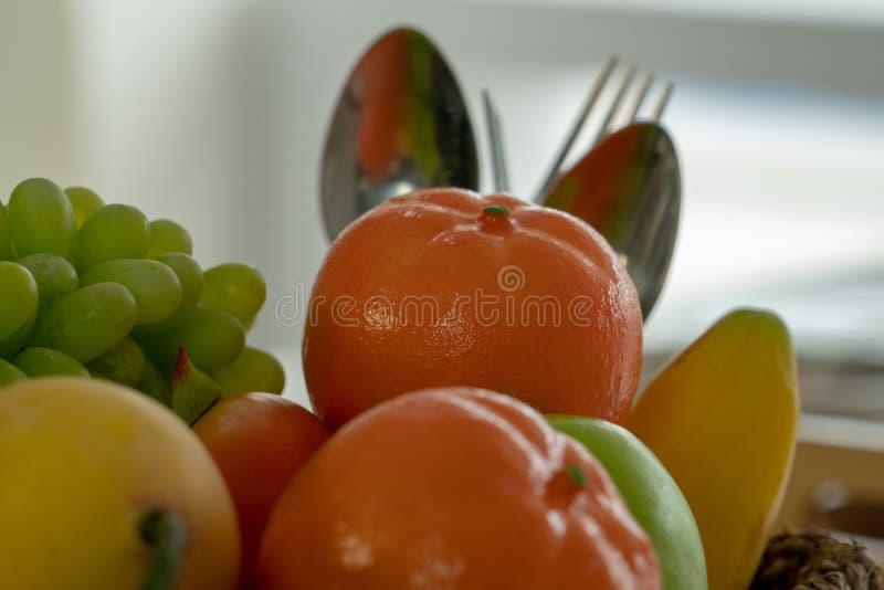 Viele Arten Fruchtstapel mit einem Löffel und einer Gabel in der Rückseite lizenzfreie stockfotografie