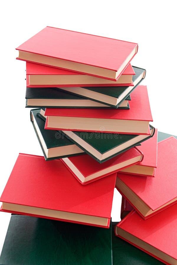 Viele Bücher gestapelt auf einem weißen Hintergrund lizenzfreie stockfotos
