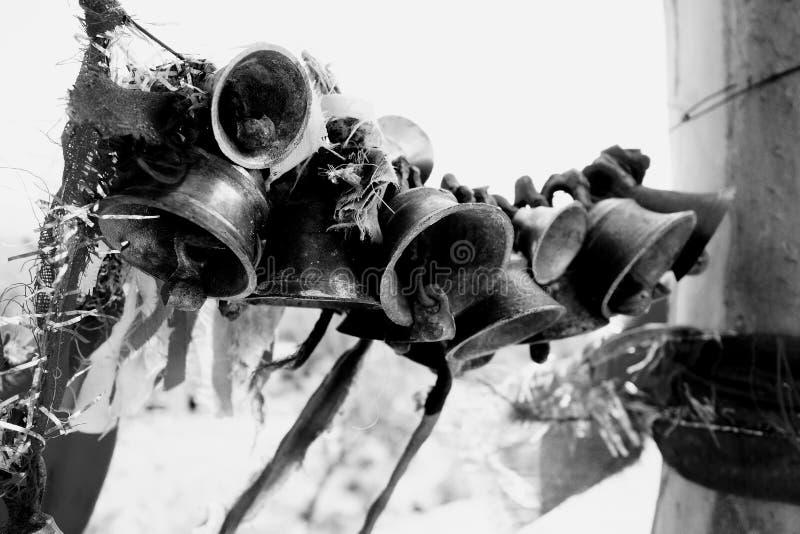 Viele Bell gebunden an einer Schnur am Tempel-Eintritt lizenzfreie stockfotografie