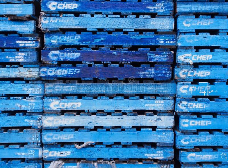 Viele blauen hölzernen Staplungspaletten stockfoto