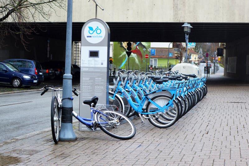 Viele blauen vorübergehenden Mietfahrräder vom deutschen Verkehrsverbund der Rhein-Neckar-Region nannten 'Nextbike 'in Folge am p lizenzfreie stockfotografie