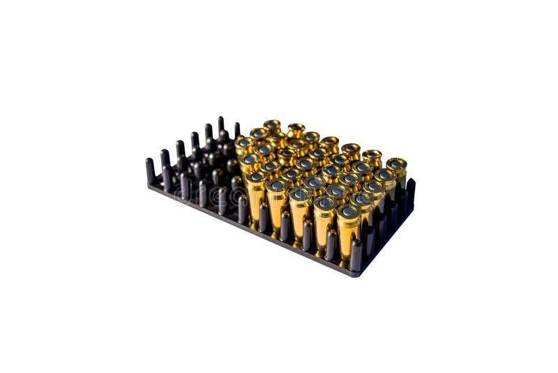 Viele blinden Patronen für Gewehre im Paket mit 8mm Kaliber, lokalisiert auf einem weißen Hintergrund mit einem Beschneidungspfad lizenzfreie stockfotografie