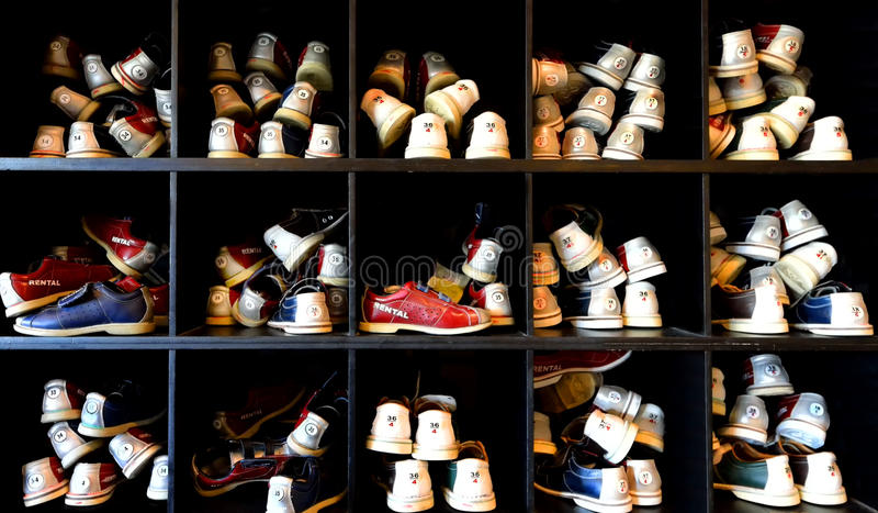 Viele Bowlingspielschuhe lizenzfreies stockfoto