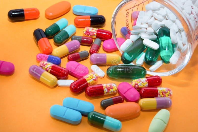 Viele bunten Pillen lizenzfreies stockbild