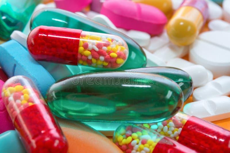 Viele bunten Pillen lizenzfreie stockbilder