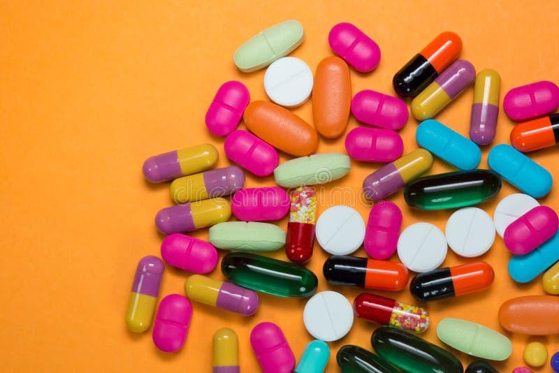 Viele bunten Pillen lizenzfreie stockfotografie