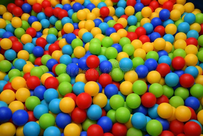 Viele bunten Plastikbälle in einem Ball der Kinder Bunter Kugelhintergrund lizenzfreies stockbild