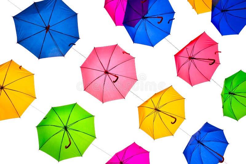 Viele bunten Regenschirme Hängen, lokalisiert auf weißem Hintergrund lizenzfreie stockfotos