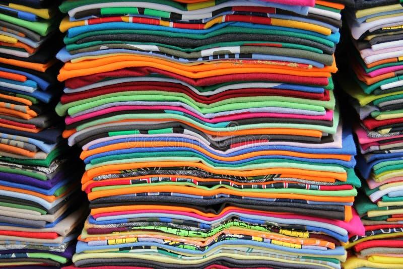 Viele bunten Staplungst-shirts lizenzfreies stockbild