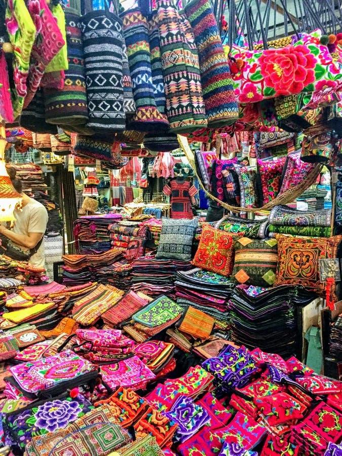 Viele bunten Textilwaren, die am Chatuchak-Wochenenden-Markt verkauft werden stockfotos