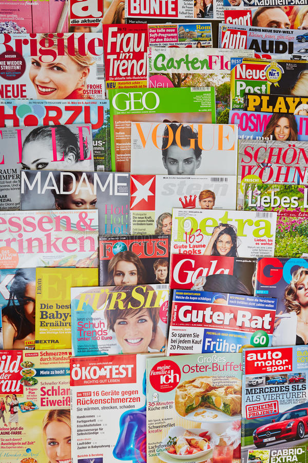 Viele bunten Zeitschriften stockbild