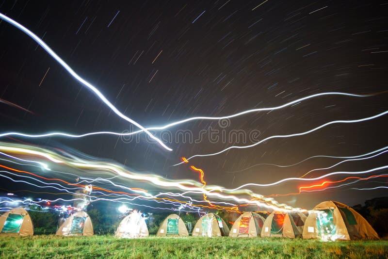 Viele Campingzelte und Lichter nachts afrikanische lizenzfreie stockbilder