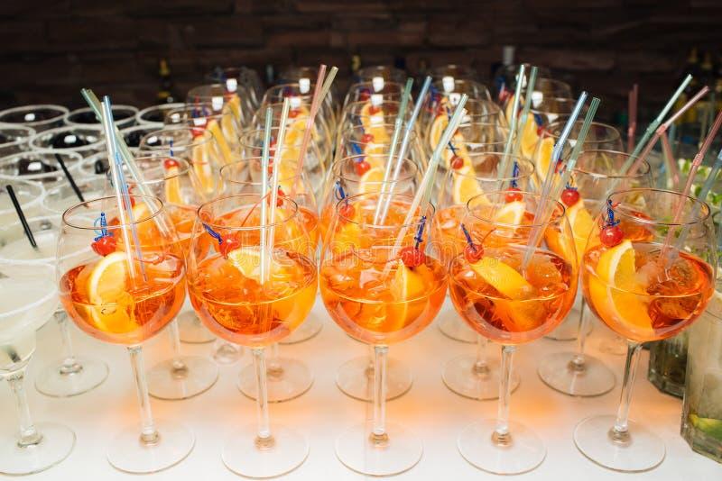 Viele Cocktails an einer Partei stockbilder
