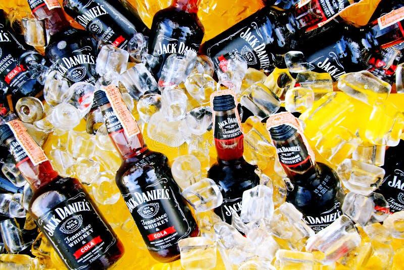 Viele Cold Black Whiskey Mix mit Cola von Jack Daniel's Aufsetzen auf Eis in gelben Tank zum Verkauf oder Party - Alkohol trinke stockfoto