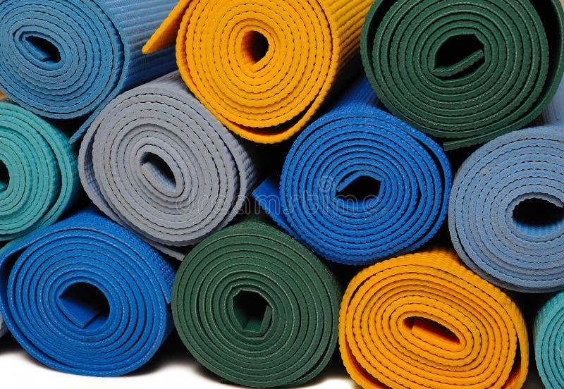 Viele colorfull Yogamatten als Hintergrund lizenzfreie stockfotos