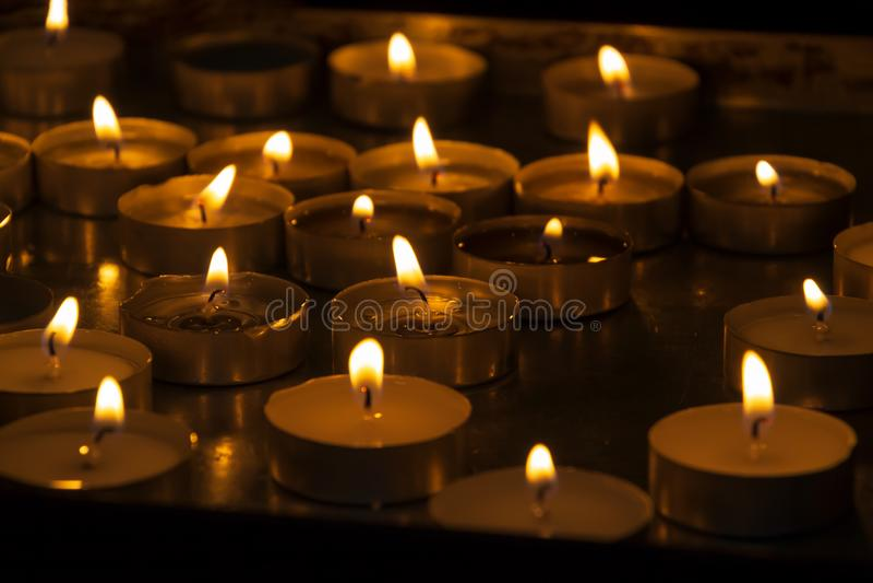 Viele Cristmas-Kerzen, die nachts brennen stockbilder