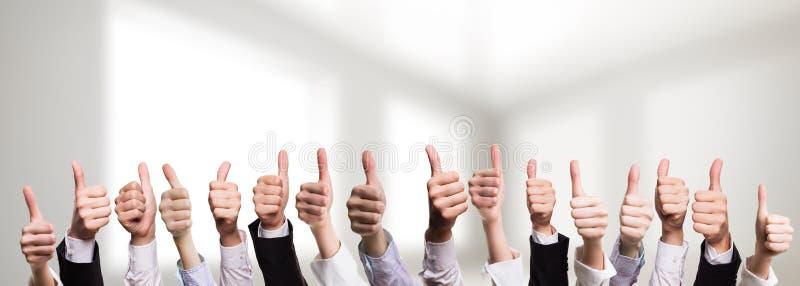 Viele Daumen von den Geschäftsleuten, die Zustimmung zeigen stockbilder