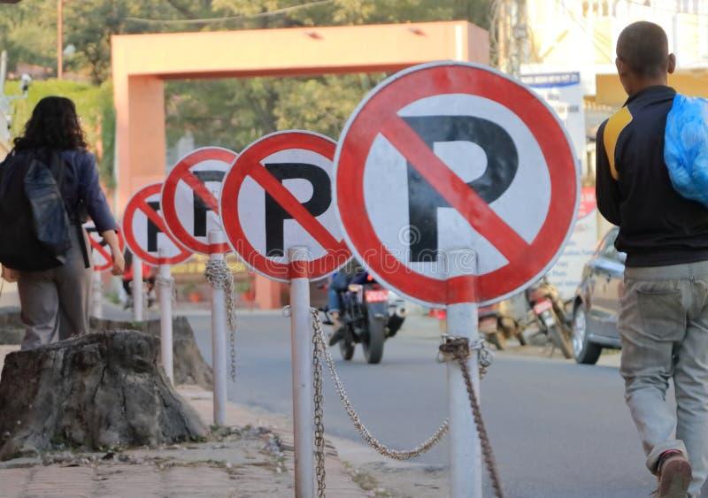 Viele des Parkverbots Zeichenzeichen jederzeit lizenzfreie stockbilder