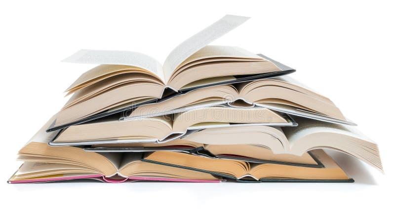 Viele, die geöffnet waren, stapelten die Bücher, die auf weißem Hintergrund lokalisiert wurden stockbilder