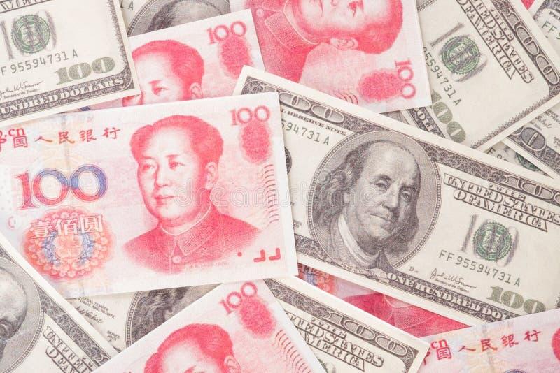 Viele Dollar, amerikanischen und chinesischen Yuanbanknoten des Geldes, backgro lizenzfreies stockfoto
