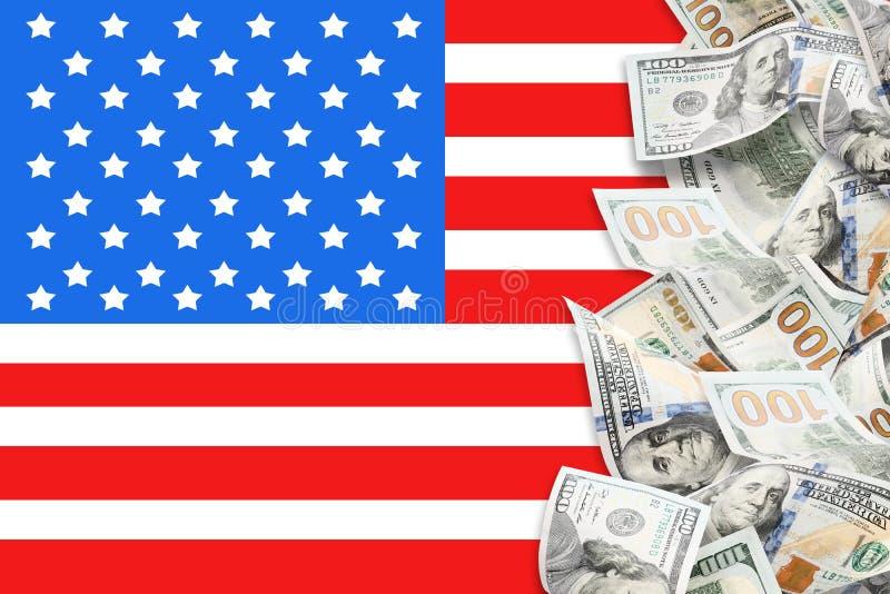 Viele Dollar und amerikanische Flagge lizenzfreies stockbild