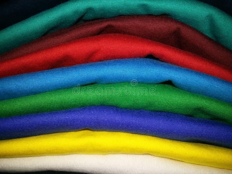 Viele färben auf leerem T-Shirt lizenzfreie stockbilder