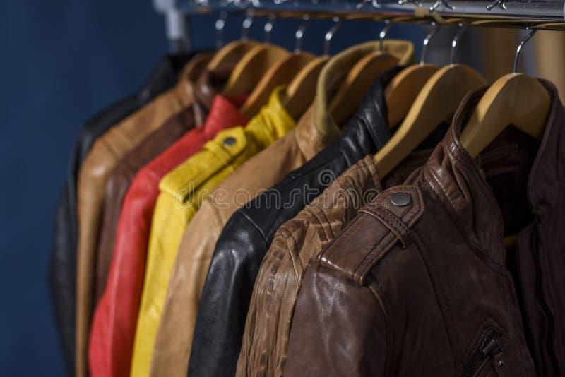 Viele färbten Lederjacke stockfotos