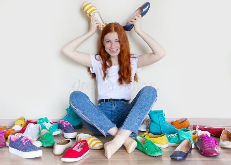 Viele farbige Frauenschuhe auf dem Boden Eine Frau wählt ihre Schuhe lizenzfreies stockbild