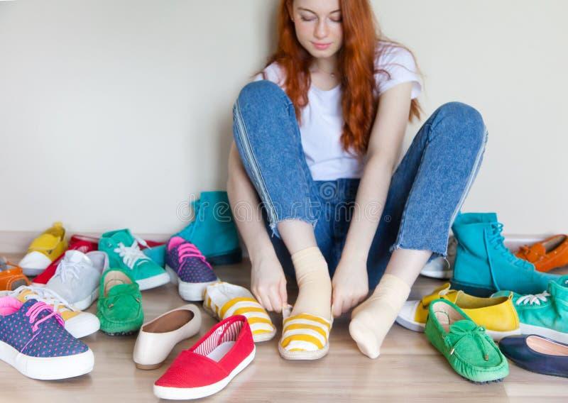 Viele farbige Frauenschuhe auf dem Boden Eine Frau wählt ihre Schuhe lizenzfreies stockfoto