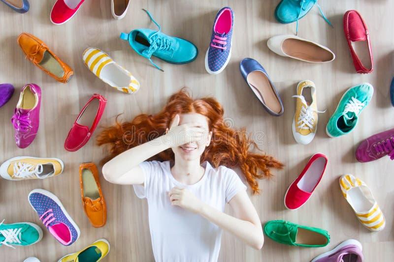 Viele farbige Frauenschuhe auf dem Boden Eine Frau wählt ihre Schuhe stockfotografie