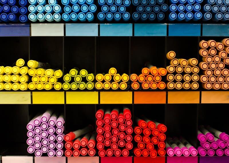 Viele farbigen Bleistifte auf dem Zähler im Speicher für zeichnende Malerei Zusätze, Kanzleigericht, Zeichnung Bunter Hintergrund stockbild
