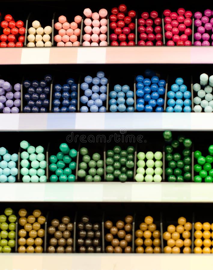 Viele farbigen Bleistifte auf dem Zähler im Speicher für zeichnende Malerei Zusätze, Kanzleigericht, Zeichnung Bunter Hintergrund lizenzfreie stockbilder