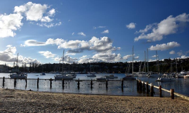 Viele festgemachten Yachten und Boote in Sandy-Bucht lizenzfreie stockfotografie